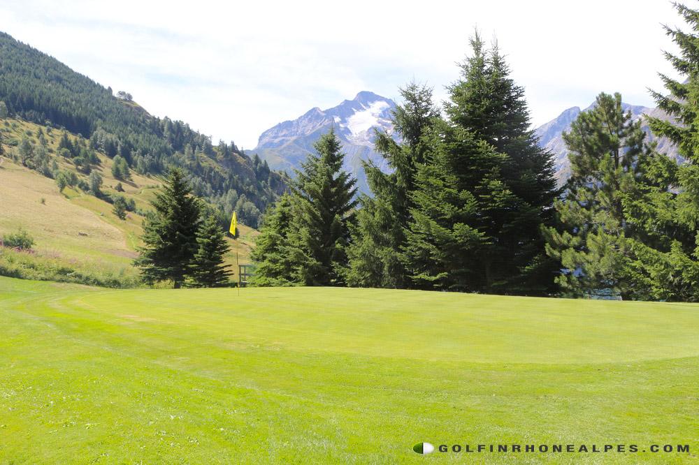 Les-2-alpes,-golfer-face-aux-Ecrins