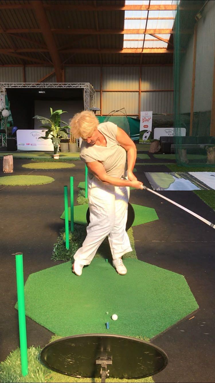 le geste étriqué bien connu des golfeurs amateurs
